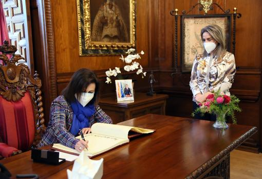 La ministra, durante al visita al Consistorio