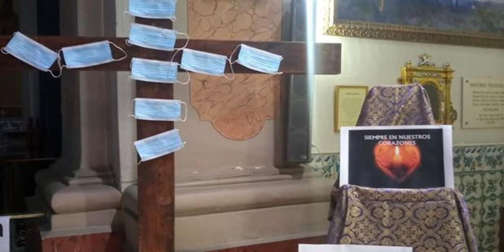 Un convento de Valencia reza por los muertos del coronavirus clavando mascarillas en una cruz