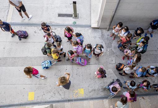 Niños en el patio de un colegio en Valencia