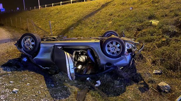 Muere un hombre de 57 años al atravesar su vehículo en una rotonda y volcar...