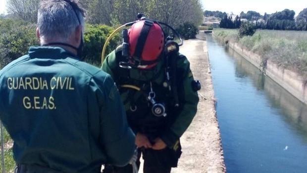 Imagen difundida por la Guardia Civil del canal de riego y efectivos del rescate del cuerpo sin vida de la mujer asesinada en Valencia el pasado 3 de abril