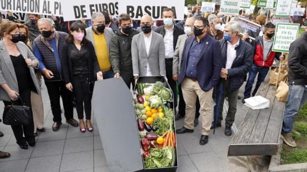 Entierro simbólico de hortalizas y frutas durante la protesta contra los recortes del trasvase Tajo-Segura en Alicante, este jueves