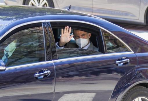 El Rey Felipe VI saludando por la ventanilla del coche a un grupo de alicantinos, este jueves