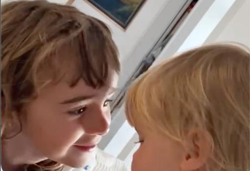 Captura del video difundido por la madre de las menores