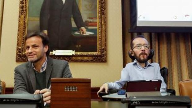 Jaume Asens y Pablo Echenique presiden, el año pasado, en una reunión del Grupo Parlamentario Confederal de Unidas Podemos
