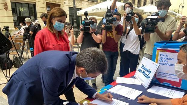 Carlos Mazón, firmando contra los indultos en Valencia, este martes