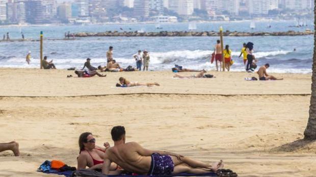 Playa del Postiguet de Alicante con mucha menos afluencia de personas en mayo de lo habitual