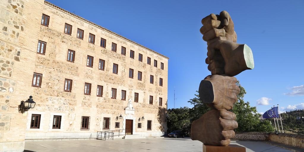 Instalan en las Cortes una espectacular escultura de 6 metros en homenaje a los muertos por Covid