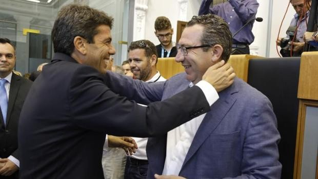 Carlos Mazón, presidente de la Diputación de Alicante, saluda a Toni Pérez, alcalde de Benidorm