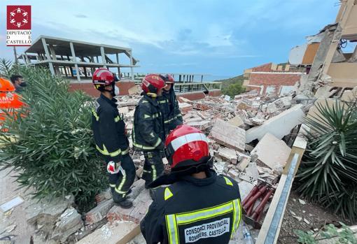 Efectivos de Bomberos, junto a los escombros CONSORCIO BOMBEROS CASTELLÓN
