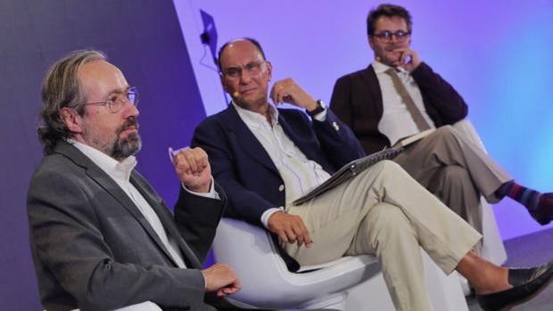Juan Carlos Girauta interviene en presencia de Vidal-Quadras y Claudio de Ramón