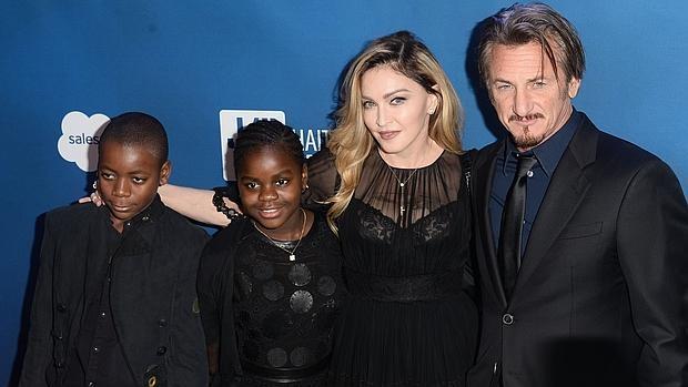 Penn y Madonna, con dos de los hijos de la cantante: David y Mercy