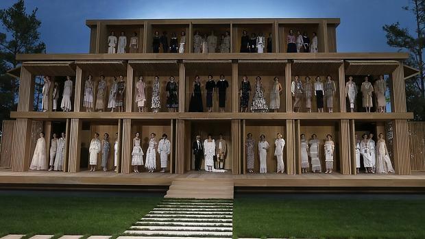 La espectacular puesta en escena de Karl lagerfeld (en el centro de la imagen) para Chanel