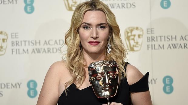 Kate Winslet posando con su premio Bafta