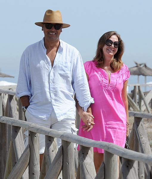 La periodista Ana Rosa Quintana y su marido Juan Muñoz durante unas vacaciones en Sotogrande