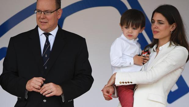 El niño concentró las miradas de todos en el evento deportivo