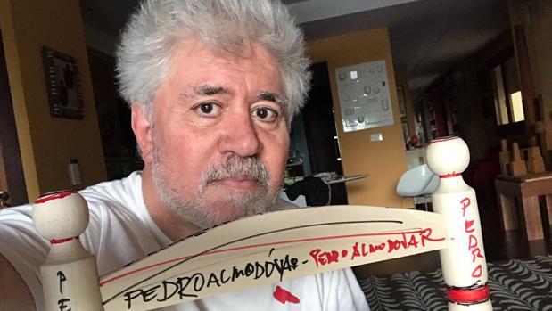 Pedro Almodóvar junto a su silla