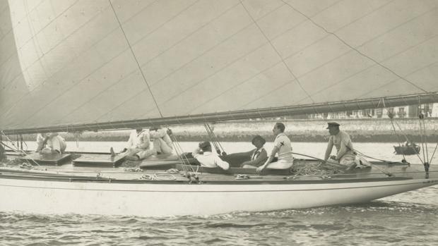 El Rey Alfonso XIII (con una x en el brazo), junto a la Reina, a bordo del «Tonino», el balandro favorito de la Familia Real. Santander, verano 1914
