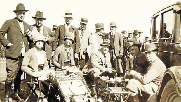 En la Alameda, en febrero de 1928, en el «taco» entre ojeos. Primero por la izquierda, el marqués de Alventos; cuarto por la izquierda, el duque de Tarifa; sentados, el conde de Ribadavia, Luis Parladé Heredia y el Infante Don Alfonso
