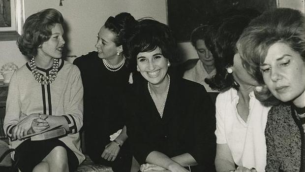 Beatriz Lodge de Oyarzábal, la condesa viuda de Romanones, la señora de Cañedo y la duquesa de Alba, en 1962