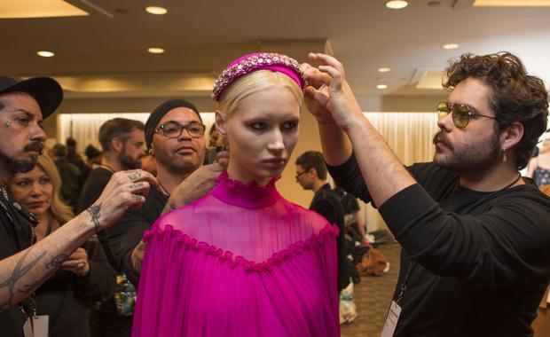 Betto García, ayer, retocando a una modelo en el backstage del desfile de Christian Siriano