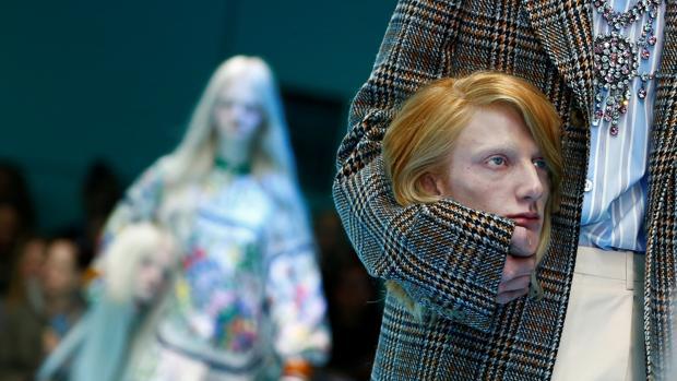 Una modelo, durante el desfile de Gucci