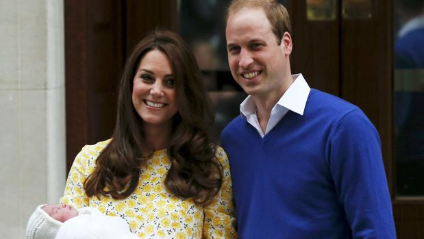 Los duques de Cambridge tras el nacimiento de su hija, la princesa Carlota