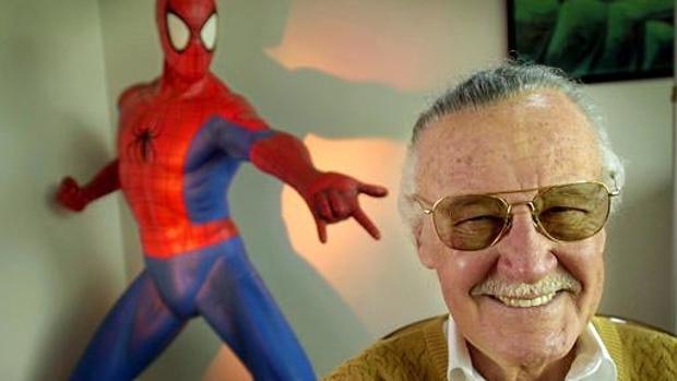 Stan Lee junto a una estatua de Spiderman