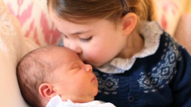 El Príncipe Louis junto a su hermana Carlota