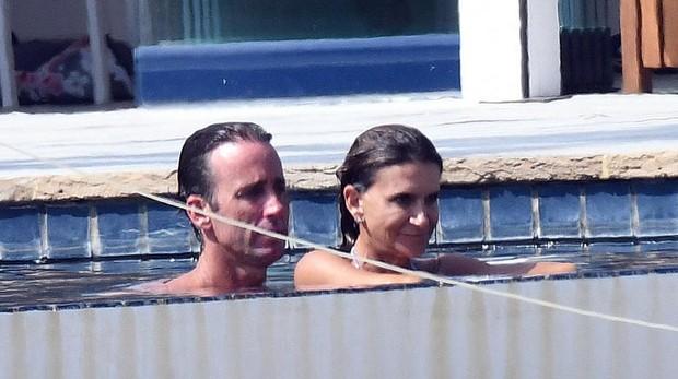 Muñoz Escassi con Carmen Matutes el pasado agosto en Marbella