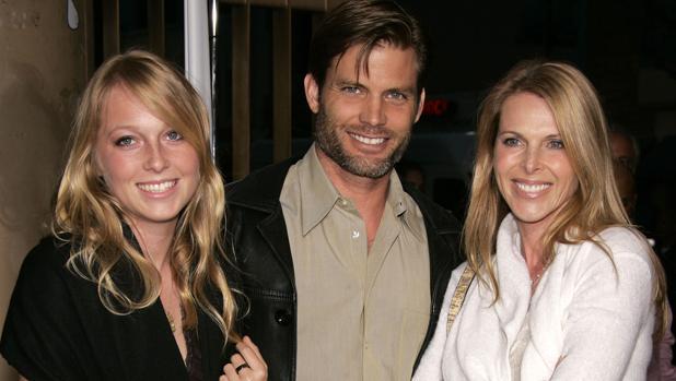 El actor Casper Van Dien junto a Catherine Oxenberg y su hija, India