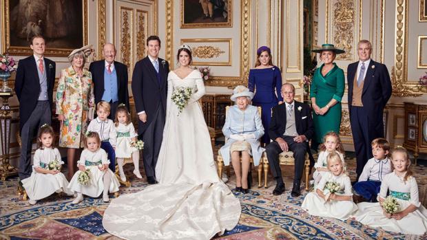 La Princesa Eugenia y Jack Brooksbank, con sus respectivas familias en la sala White Drawing Room del Castillo de Windsor