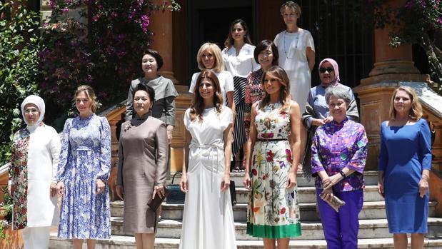 De izquierda a derecha, en primera fila; Emine Erdogan (Turquía), Sophie Gregoire Trudeau (Canadá), Peng Liyuan (China), Juliana Awada (Argentina), Melania Trump (EE.UU.), Lee Hsien Loong (Singapur), Malgorzata Tusk (esposa del presidente del Consejo Europeo). En segunda fila ; Kim Jung-sook (Corea del Sur), Brigitte Macron (Francia), Akie Abe (Japón), Mufidah Jusuf Kalla, (Indonesia). En la última fila; María Gabriela Sigala (mujer del presidente del Banco Interamericano de Desarrollo) y Diana Carney (esposa del presidente del Consejo de Estabilidad Financiera)