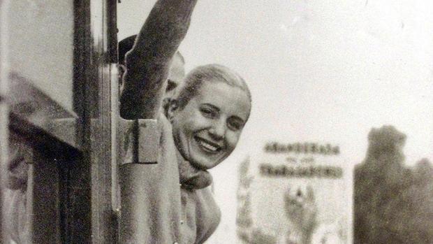 Evita en uno de sus baños de multitudes en Argentina. Debajo, muy enferma, procede a votar. Falleció el 26 de julio de 1952