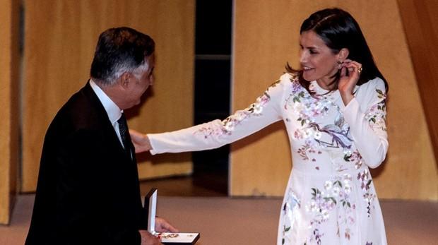 La Reina Letizia con el fotógrafo y periodista Gervasio Sánchez tras entregarle la Medalla de Oro de la Cruz Roja