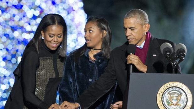 Barack Obama y su mujer MIchelle junto a su hija pequeña, Sasha.