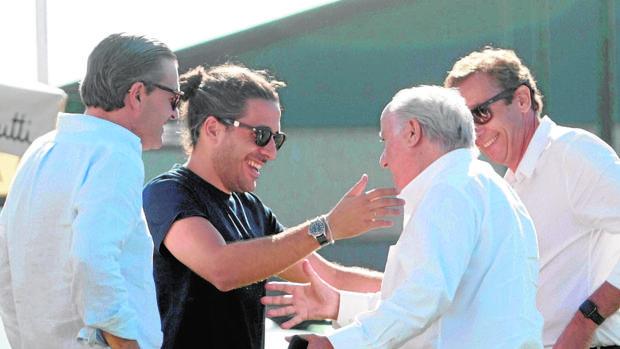 El empresario Amancio Ortega (2d) saluda a su yerno Carlos Torretta (2i) a su llegada a la trigésimo octava edición del Concurso de Saltos Internacional de Casas Novas