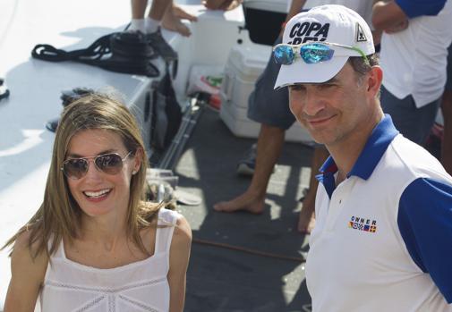 Don Felipe y Doña Letizia en el Real Club Náutico de Palma de Mallorca. Aunque la Reina no comparte la afición náutica del Rey, todos los veranos le suele acompañar algún día a embarcar.