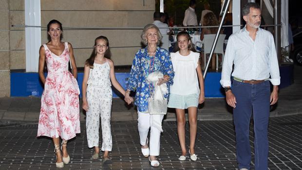 Los Reyes con sus hijas y Doña Sofía tras cenar en Portixol