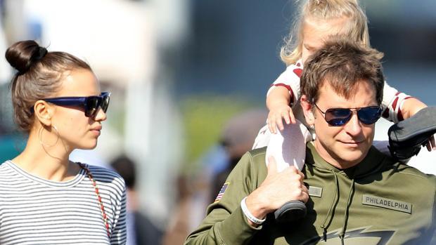 Irina Shayk y Bradley Cooper junto a su hija Lea