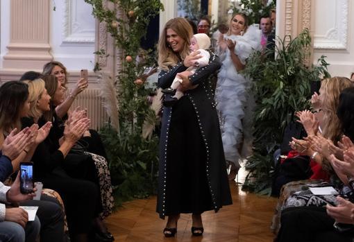 La diseñadora cordobesa con su bebé durante su desfile