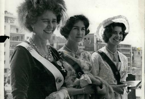 La Reina Federica con sus hijas, Sofía e Irene, en 19622