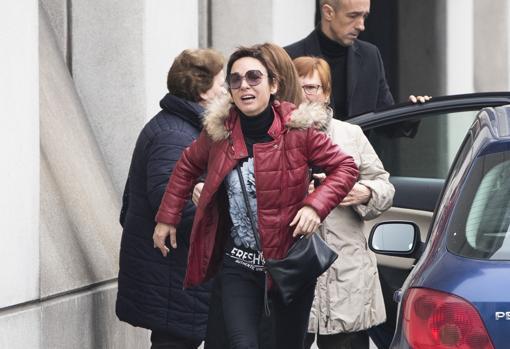 Nuria, la pareja de Fran Álvarez, el pasado martes en el tanatorio.