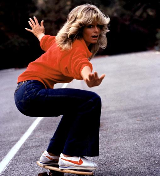 Farrah, la actriz, estrella de «Los ángeles de Charlie», personificó el estilo deportivo con jeans, sudaderas y zapatillas
