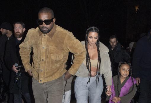 Kanye West y Kim Kardashian junto a su hija mayor, North West