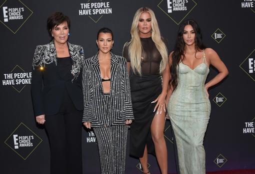Kris Jenner junto a sus tres hijas mayores, Kourtney, Khloé y Kim