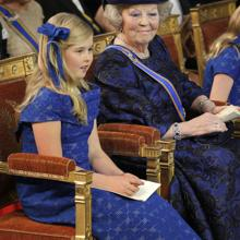 Princess Amalia next to the queen mother and grandmother, Beatriz, on the coronation day of her father, Guillermo de los Páises Netherlands