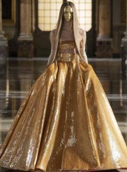 El dorado de Valentino, esta vez trasladada a Roma para presentar su colección.