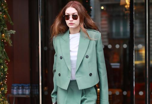 Jackets at the waist with large shoulder pads cannot be missing