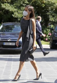 Doña Letizia with gray asymmetric dress by Ulises Mérida